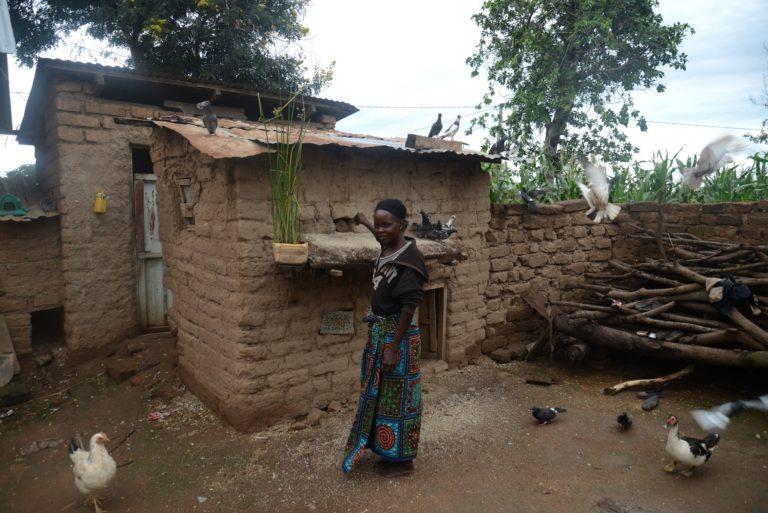 Žena na dvorku v Usangu